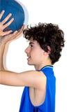 Deportista adolescente que lleva a cabo baloncesto Foto de archivo libre de regalías