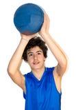 Deportista adolescente que lleva a cabo baloncesto Fotos de archivo