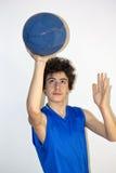 Deportista adolescente que lleva a cabo baloncesto Foto de archivo