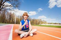 Deportista adolescente que tiene resto después de resolver Imágenes de archivo libres de regalías