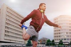 Deportista adulto joven que se resuelve en la ciudad Fotografía de archivo libre de regalías