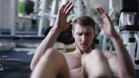 Deportista adulto que hace crujidos en un gimnasio con el torso desnudo almacen de video