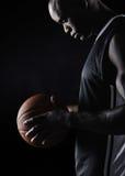 Deportista africano que lleva a cabo baloncesto Imagenes de archivo