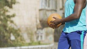Deportista afroamericano fuerte que calienta antes de la competencia del baloncesto metrajes