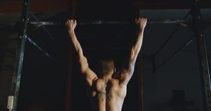 Deportista anónimo que entrena a los músculos traseros metrajes