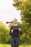 Deportista caucásica positiva en Forest Jogging fotos de archivo libres de regalías