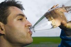 Deportista con la botella de agua Imagen de archivo libre de regalías