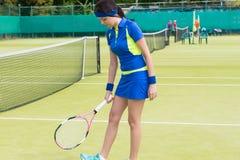 Deportista con la raqueta en el campo de tenis Imagen de archivo