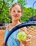 Deportista de la muchacha con la estafa y bola en tenis Foto de archivo