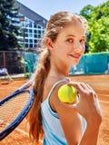 Deportista de la muchacha con la estafa y bola en tenis Imagen de archivo libre de regalías