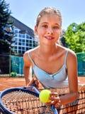 Deportista de la muchacha con la estafa y bola en tenis Foto de archivo libre de regalías