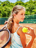 Deportista de la muchacha con la estafa y bola en tenis Imagen de archivo