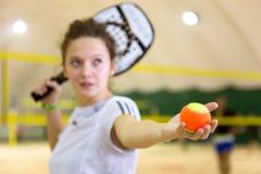 Deportista de sexo femenino en juego del tenis de la playa Foto de archivo libre de regalías