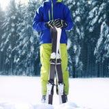 Deportista del adolescente del esquiador del invierno en ropa de deportes con el esquí que se coloca en nieve sobre bosque nevoso Imágenes de archivo libres de regalías