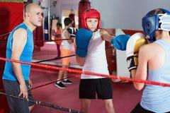 Deportista del adolescente en el entrenamiento del boxeo con el coche Foto de archivo libre de regalías