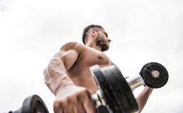 deportista del hombre con el torso fuerte del ab esteroides dieta de la salud de la aptitud Hombre muscular que ejercita con el b fotos de archivo libres de regalías