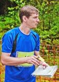 Deportista en el comienzo de competiciones orienteering Foto de archivo libre de regalías