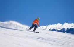 Deportista en el desplazamiento de la máscara de esquí rápido mientras que esquía Fotografía de archivo libre de regalías