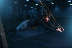 Deportista en el entrenamiento, entrenamiento de la resistencia con las cuerdas Fotografía de archivo