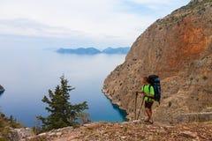 Deportista en el top de la roca Deporte y concepto activo de la vida foto de archivo