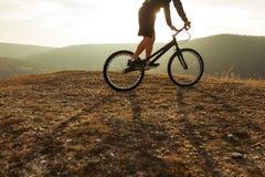 Deportista en la bici en la colina Imágenes de archivo libres de regalías