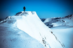 Deportista en la montaña superior Fotos de archivo