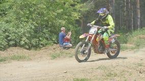 Deportista en un salto de la motocicleta Cámara lenta almacen de video