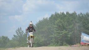 Deportista en un salto de la motocicleta Cámara lenta metrajes