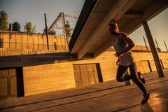 Deportista envejecido que corre en la carretera nacional, forma de vida inspirada sana de la aptitud, entrenamiento del intervalo fotografía de archivo libre de regalías