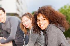 Deportista feliz que ejercita al aire libre con los amigos Imagenes de archivo