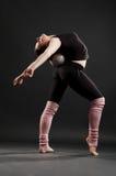 Deportista flexible con la bola Fotografía de archivo