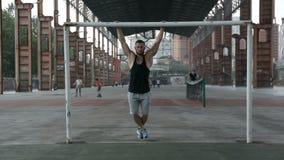 Deportista fuerte que hace el ejercicio del ABS al aire libre almacen de metraje de vídeo