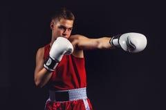 Deportista joven del boxeador en traje rojo del deporte Foto de archivo