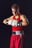 Deportista joven del boxeador en traje rojo del deporte Fotos de archivo