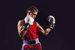 Deportista joven del boxeador en traje rojo del deporte Imagen de archivo libre de regalías