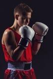 Deportista joven del boxeador en traje rojo del deporte Imagenes de archivo