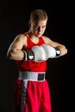Deportista joven del boxeador en traje rojo del deporte Fotografía de archivo libre de regalías