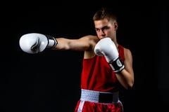 Deportista joven del boxeador en traje rojo del deporte Imágenes de archivo libres de regalías