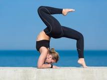 Deportista joven que hace ejercicios contra el mar foto de archivo libre de regalías