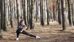 Deportista joven que hace ejercicios de la aptitud Entrenamiento de la aptitud almacen de metraje de vídeo