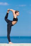 Deportista joven que hace ejercicios en el aire abierto fotografía de archivo libre de regalías