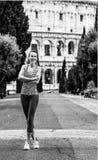 Deportista joven sonriente que se coloca en Roma, Italia fotos de archivo