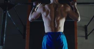 Deportista muscular con el torso descamisado que hace barbilla-UPS almacen de metraje de vídeo