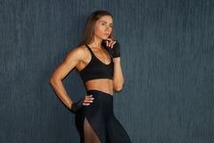Deportista muscular hispánica en ropa de deportes negra Imágenes de archivo libres de regalías