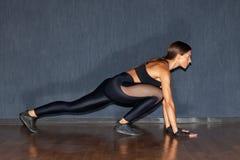 Deportista muscular hispánica en ropa de deportes negra Imagen de archivo