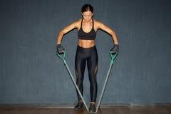 Deportista muscular hispánica en ropa de deportes negra Fotografía de archivo libre de regalías