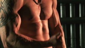 Deportista muscular que ejercita con el ampliador almacen de metraje de vídeo