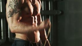 Deportista muscular que ejercita con el ampliador almacen de video