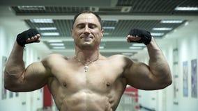 Deportista muscular que presenta en el gimnasio almacen de video
