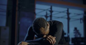 Deportista negro agotado que se recupera en gimnasio almacen de video